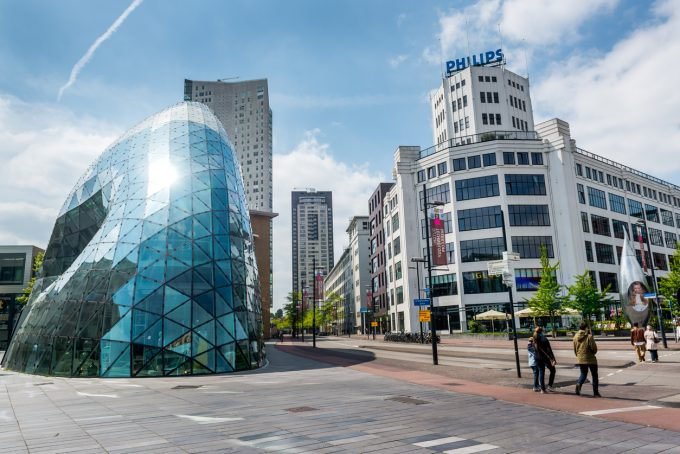 Markant glazen gebouw in centrum van Eindhoven.